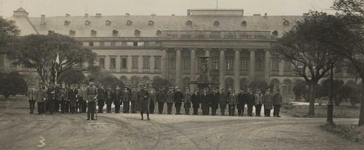 Das Kurfürstliche Schloss Koblenz mit einer Gruppe Separatisten im Jahr 1923. [Quelle: Stadtarchiv Koblenz]